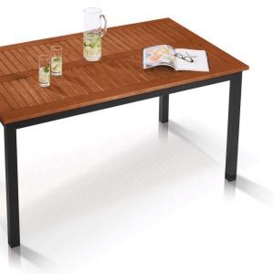 Stół z drewnianym blatem, który odporny jest na trudne warunki atmosferyczne. Fot. Lidl