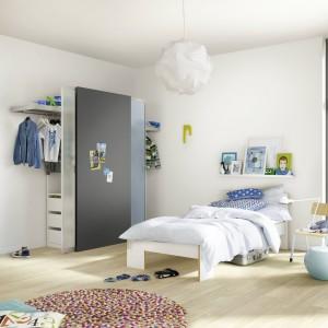 W pokoju dzieci w wieku szkolnym dzięki przesuwnym drzwiom i odpowiednio dobranym regałom urządzić można kącik na rzeczy osobiste i inne drobiazgi. Fot. Raumplus
