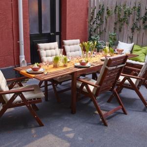 Na tarasie lub w ogrodzie doskonale sprawdzi się nowoczesny, lekki design rodem ze Skandynawii. Fot. IKEA