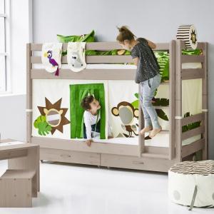 Dzieci uwielbiają łóżka piętrowe. Kolorowe zasłonki dodatkowo urozmaicą mebel. Fot. Flexa