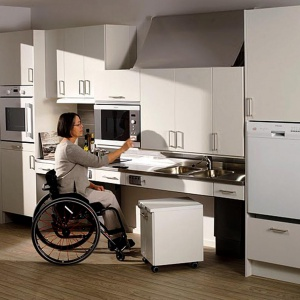 Winda do szafek pozwoli korzystać z zawartości mebli nawet dla osób niepełnosprawnych. Fot. Häfele