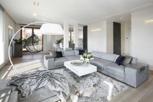 7 inspiracji na szarą sofę