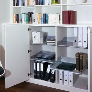 W domowym biurze niezbędne będą również półki na dokumenty. Fot. Peka