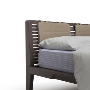 Ażurowe wezgłowie łóżka dodaje mu lekkości. Fot. Pianca
