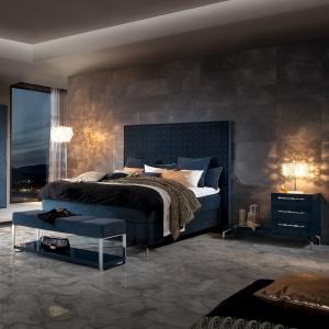 Szarość i betonowe okładziny ścian to charakterystyczne cechy loftu. Fot. Huelsta