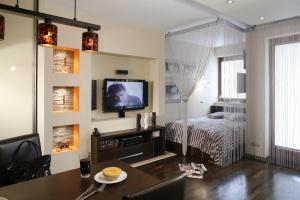 Salon z ukrytą sypialnią. Super pomysł na małe wnętrze