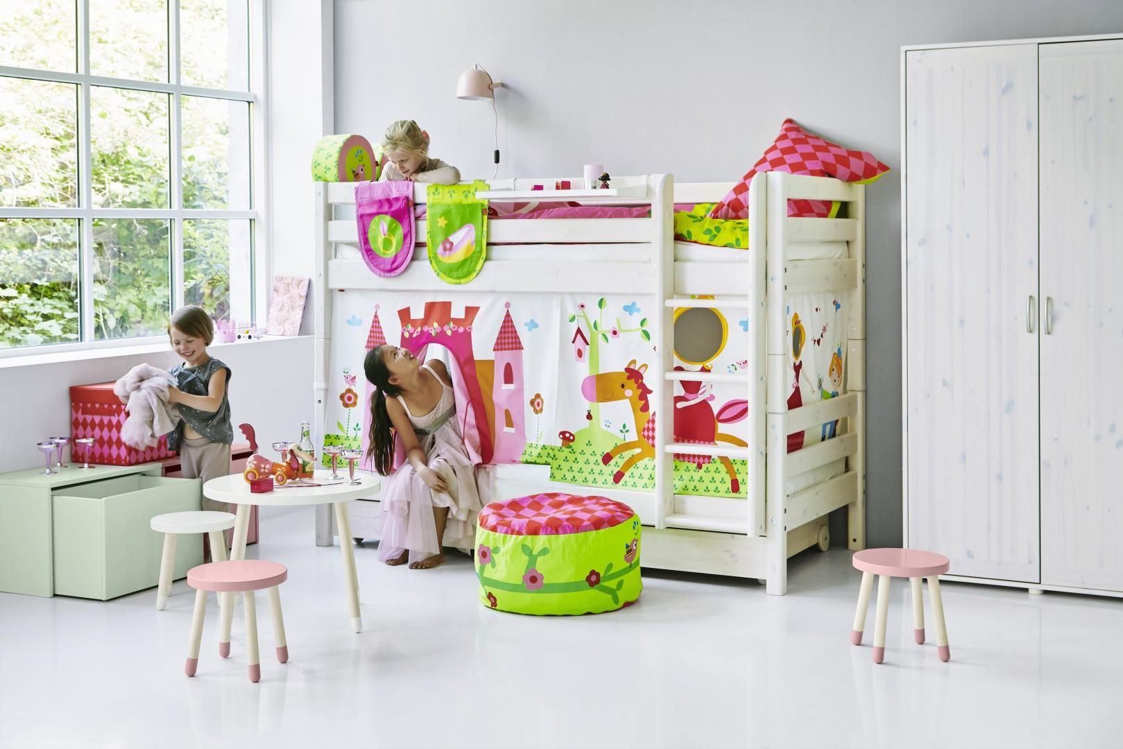 Piętrowe łóżko z ozdobnym pokrowcem sprawi, że pokój dziecka będzie prezentował się bajecznie. Fot. Flexa