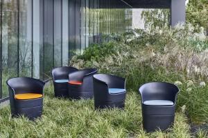 Meble outdoorowe - jak wyposażyć biuro na świeżym powietrzu