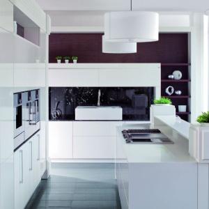 Minimalistyczna, stojąca pod znakiem wszechobecnej bieli kuchnia marki Rust. Fot. Rust