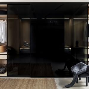 Skrzydło wypełnione ogromną taflą szkła jest stabilne, a jego przesuwanie odbywa się lekkim, płynnym ruchem. To praktyczne i modne rozwiązanie. Fot. Raumplus