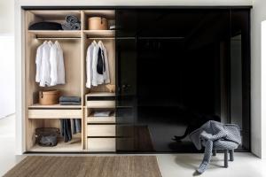 Szafa jak garderoba - z wielkoformatowymi drzwiami