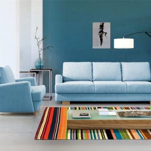 Sofa Ardea. W sofie znajduje się duży pojemnik, ozdobne barwione bukowe nóżki występują zarówno w sofie jak i w fotelu. Fot. Meblomak