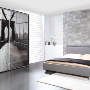 Łóżko Pik o prostej formie, wykończone szarą tkaniną. Fot. Wajnert