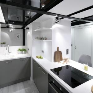Szarości i biele sprawią, że kuchnia będzie prezentować nowocześnie, ale również optycznie ją powiększą i rozświetlą. Projekt: Szymon Chudy. Fot. Bartosz Jarosz