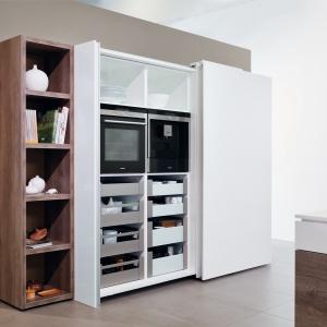 Szafa z drzwiami przesuwnymi ułatwia zachowanie porządku w kuchni. Fot. Hettich