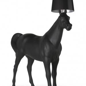 Horselamp może być kontrowersyjnym elementem wyposażenia salonu. Fot. Moooi