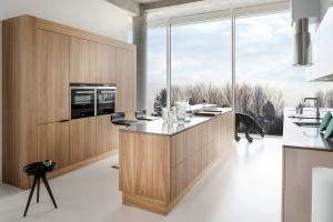 Klienci lubią jasne drewno w kuchni