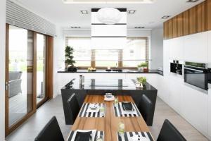 Okno w kuchni - jak wkomponować je w zabudowę meblową?
