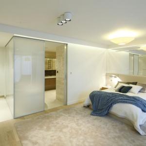 Tapicerowany zagłówek sprawi, że sypialnia nabierze przytulnego klimatu. To najprostszy sposób na ocieplenie aranżacji wnętrza. Projekt: Anna Fodemska. Fot. Bartosz Jarosz