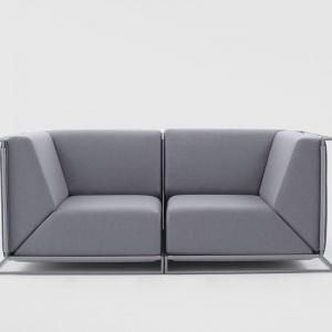 """Niezwykle oryginalnym rozwiązaniem jest zastosowana w sofie Floating"""" firmy Comforty metalowa konstrukcja pełniąca jednocześnie funkcję podstawy. Fot. Ernest Wińczyk/Comforty"""