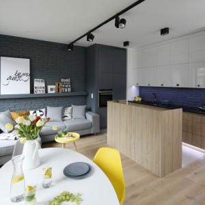 Półwysep przesłoni kuchnię, jeśli jest ona połączona z salonem. Projekt: Ola Kołodziej i Urszula Szmyt. Fot. Bartosz Jarosz