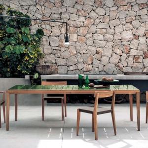 Stół i krzesła z kolekcji