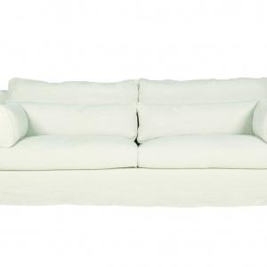 Mała sofa z miękkimi podłokietnikami i poduchami. Fot. Sits