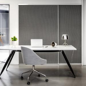 Szafy wnękowe to wyjątkowo praktyczne rozwiązanie do biura. Fot. Raumplus