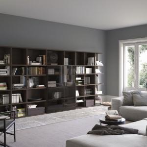 Biblioteczka w salonie. Fot. Pianca