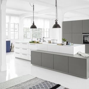 Kuchnia Soft Lack sprawdzi się we wnętrzu w stylu loft. Fot. Nolte