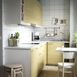 Relingi i składany stolik to dobre rozwiązania do małej kuchni. Fot. IKEA