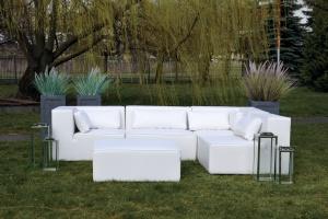 Klasyczna sofa w ogrodzie