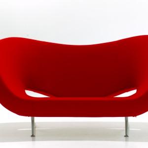Lekka sofa o futurystycznym kształcie. Fot. Moroso