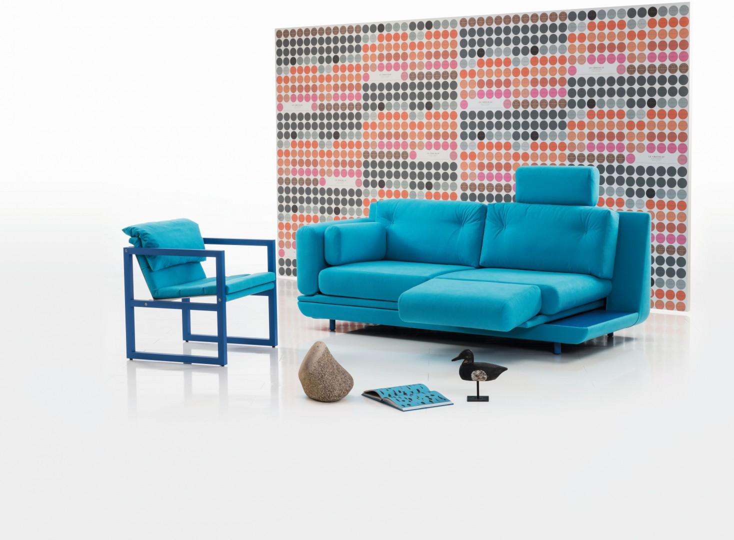 Nawet niewielka sofa może być wyposażona w elementy zwiększające komfort użytkowania. Fot. Brühl