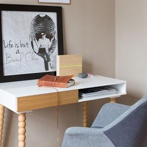 Oryginalne w formie biurko Twist Zuiver. Fot. Dutchhouse