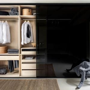Eleganckie przeszklone fronty garderoby Ecoline. Fot. Raumplus