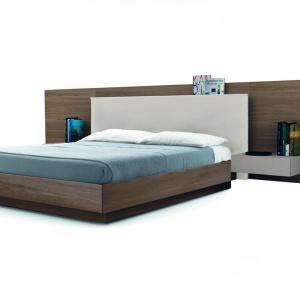 Łóżko z dużym panelem ściennym i wiszącą półką. Fot. Zalf