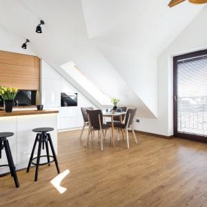 Kuchnia z jadalnią. Biel połączono z białymi frontami, całość prezentuje się bardzo stylowo. Fot. Studio Prestige/Max kuchnie