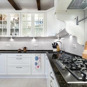 Klasyczne, rustykalne wnętrze nie wyklucza nowoczesnych sprzętów. Fot. Studio A&K/Max Kuchnie