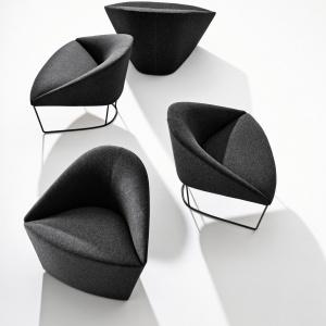 Czerń może pojawić się we wnętrzu za sprawą mniejszych mebli, np. foteli o nowoczesnej formie. Fot. Arper