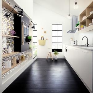 Otwarte półki pozwolą optycznie poszerzyć pomieszczenie. Fot. HTH