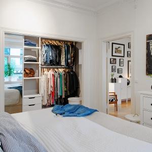Szafa we wnęce jest pojemna, ale nie zabiera przestrzeni z sypialni. Montaż dekoracyjnych listew wokół wnęki sprawi, że szafa będzie wyglądać jak obraz. Fot. Alvem Makleri
