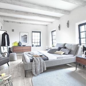 Drewno dopełnione elementami w kolorze szarym to modne i popularne rozwiązanie. Fot. Swarzędz Home