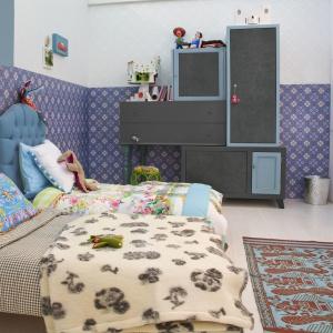 W pokoju dziecka warto zadbać o wesołą kolorystykę. Na zdjęciu dekor smooth concrete graphite F6464 oraz niebieski U1717. Fot. Pfleiderer