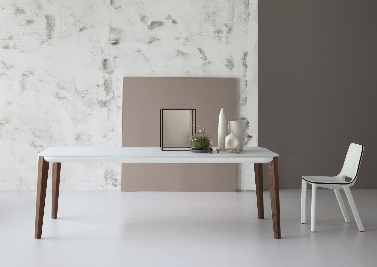 Stół marki Bonaldo, na drewnianych nogach. Fot. Bonaldo