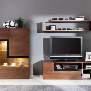 Kolekcja mebli Catania jest elegancka, a podświetlone na złoto witryny dodają wnętrzu klasy. Fot. Paged