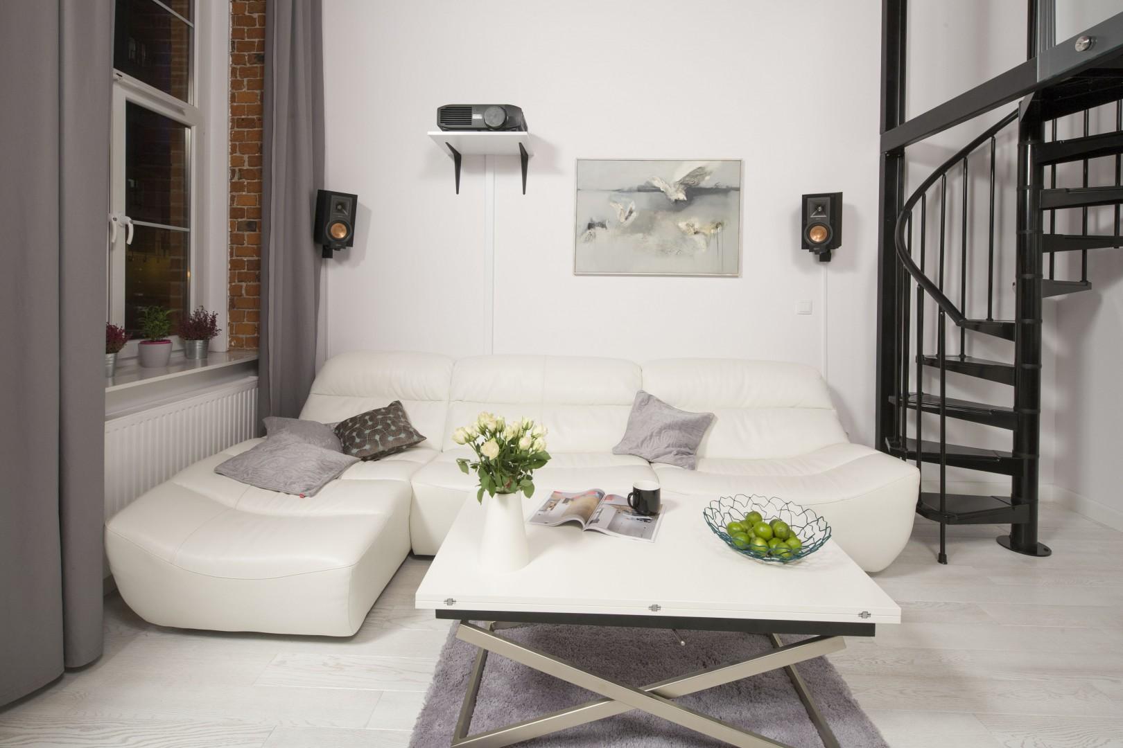 Białe meble sprawiają, że wnętrze jest pełne przestrzeni i wizualnej lekkości. Projekt: Szymon Chudy. Fot. Bartosz Jarosz