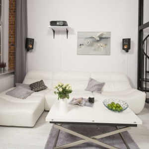 Jasne wnętrze w stylu loft. Białe meble sprawiają, że jest pełne przestrzeni i wizualnej lekkości. Projekt: Szymon Chudy. Fot. Bartosz Jarosz