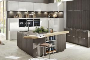 Wysoka zabudowa w kuchni - jak dodać jej lekkości?