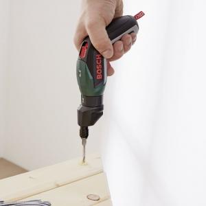Zamocuj przycięte deski blatu do wsporników stabilizujących. W tym celu należy ułożyć deski w kształt trójkąta i przykręcić dwie łaty za pomocą 11 wkrętów wzdłuż obydwu ramion trójkąta (w sumie 22 wkręty na każdy blat). Aby nie uszkodzić drewna podczas wkręcania, wcześniej wywierć otwory pod wkręty, korzystając np. z wkrętarki akumulatorowej IXO firmy Bosch z adapterem do wiercenia. Następnie, tą samą wkrętarką IXO wkręć wkręty. Aby stolik nie był podatny na działanie czynników atmosferycznych, na zakończenie można go zaimpregnować lazurą do drewna. Fot. Bosch